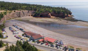 grottes marines et plage de galets à marée basse