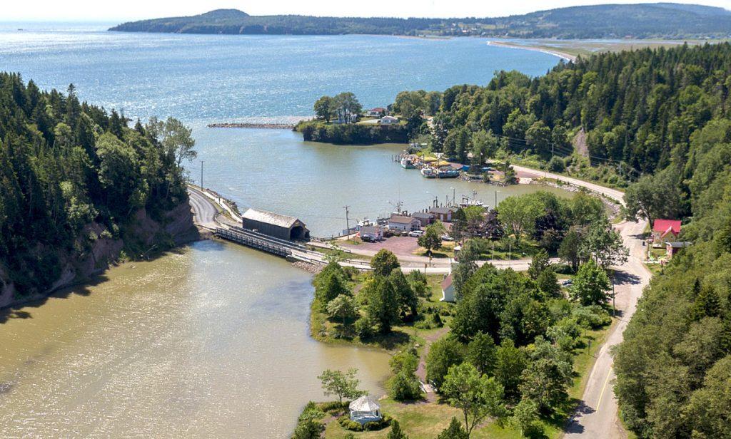Lorsque la marée monte, une masse d'eau plus de quatre fois supérieure au débit combiné de tous les cours d'eau du monde se déverse dans la baie de Fundy.